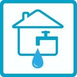 Water binnenshuis met silhouet van tapkraan Royalty-vrije Stock Foto's