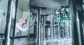 Water bottellijn voor verwerking en bottelend zuiver bronwater royalty-vrije stock afbeelding