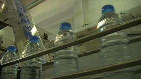Water_bottle en fábrica almacen de metraje de vídeo