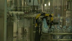 Water_bottle en fábrica almacen de metraje de vídeo