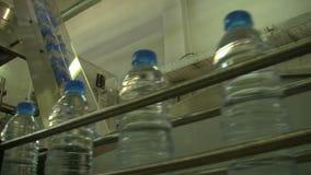 Water_bottle in fabriek stock videobeelden