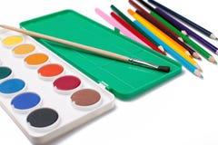Water-color, Malerpinsel und Farbenbleistifte Stockbilder