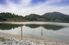 Water in dam met de berg op blauwe hemel Stock Afbeeldingen
