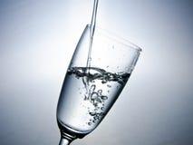 Water dat in glas valt Royalty-vrije Stock Afbeeldingen