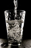 Water dat in glas wordt gegoten Royalty-vrije Stock Afbeelding