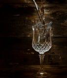 Water dat in glas wordt gegoten Stock Afbeeldingen