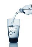 Water dat in glas wordt gegoten Stock Foto
