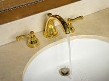 Water dat in gootsteen stroomt royalty-vrije stock afbeelding