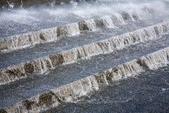 Water dat naar beneden stroomt Stock Foto