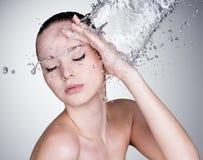 Water dat op mooi vrouwengezicht valt Stock Fotografie