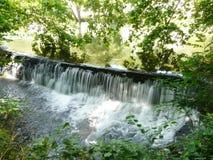 Water dat over een waterkering valt Stock Afbeelding