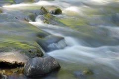 Water dat over rotsen stroomt royalty-vrije stock afbeeldingen