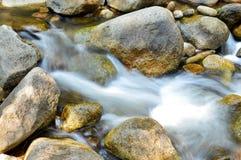 Water dat over Rotsen stroomt Stock Foto