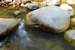 Water dat over Rotsen stroomt Stock Foto's