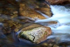 Water dat over stenen stroomt Stock Foto's