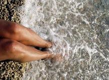 Water dat vrouwelijke voeten behandelt Stock Foto's