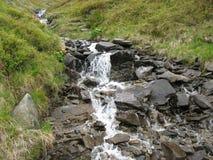 Water in de bergen Royalty-vrije Stock Afbeeldingen