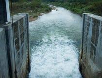 Water in de dam Stock Afbeelding