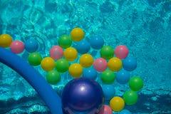 Water in de pool met kleurrijke ballen, achtergrond Stock Fotografie