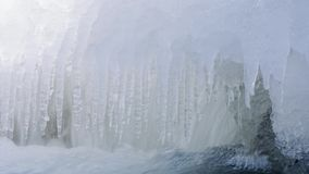 Water in de rivier en ijskegels bij -35C stock video