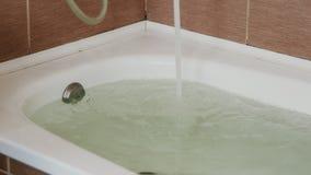 Water in de ton wordt gegoten die Volledig bad Sluit omhoog Een sterke stroom van water stock footage