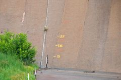 WATER DEPTH MARKINGS AGAINST WALL. Dam wall with markings to indicate depth of water Stock Photography