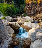 Water die bergstenen regelmatig kruisen stock foto