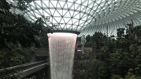 Water die bij HSBC-het Juweel van de REGENdraaikolk stromen stock videobeelden