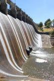 Water die de dammuur reduceren bij Lauriston-Reservoir, dichtbij Kyn Stock Afbeelding