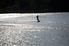 Water die in de zonsondergang ski?en Stock Afbeeldingen