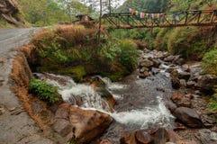 Water die door rotsen, Kukhola-dalingen, Sikkim vloeien Royalty-vrije Stock Fotografie