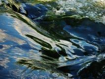 Water die door stroomversnelling vloeien royalty-vrije stock foto