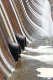 Water die een dammuur en uit de afvloeiingspijpen reduceren bij een onderzoek Royalty-vrije Stock Afbeeldingen
