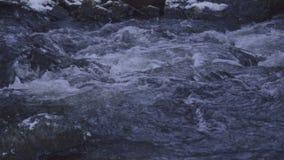 Water die en in rivier met goed geluid stromen drijven stock videobeelden