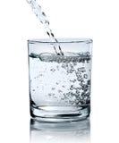 Water die in glas worden gegoten Royalty-vrije Stock Foto's