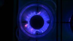 Water die in glaspot bij gasfornuis koken stock video