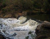 WATER DIE ONDERAAN EEN WATERKERING DRAPEREN royalty-vrije stock afbeelding
