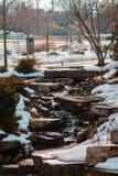 Water die onderaan een waterval in de winter stromen royalty-vrije stock foto