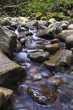 Water die onderaan over Rotsen meeslepen Stock Fotografie