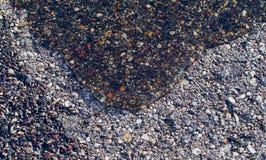 Water die op Asfalt stromen Stock Foto