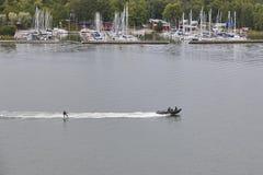 Water die op een finse Oostzeekustlijn ski?en aquatisch royalty-vrije stock foto's