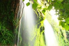 Water die op rotsen stromen Royalty-vrije Stock Afbeeldingen
