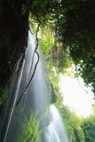 Water die op rotsen stromen Stock Afbeeldingen