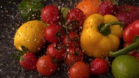 Water die op selectie van vers fruit en groenten regenen stock video