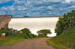 Water die over concreet damafvoerkanaal stromen royalty-vrije stock foto