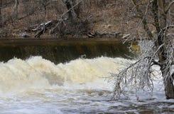 Water die over Dam woeden Stock Afbeeldingen