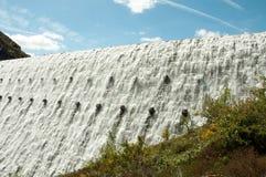 Water die over de dammen van de Elan vallei van Wales stromen Stock Afbeeldingen