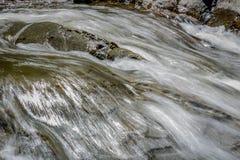 Water die over de rotsen meeslepen royalty-vrije stock afbeelding
