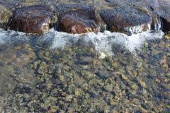 Water die over de springplanken stromen Stock Foto