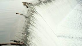 Water die over een dam in Rursee in Duitse Eifel stromen stock videobeelden